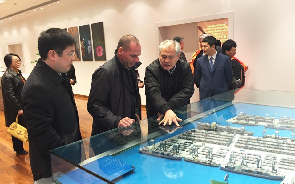 Ο υπουργός Οικονομικών Γ. Βαρουφάκης ενημερώθηκε για τις επενδύσεις στο λιμάνι από τον επικεφαλής της Cosco στην Ελλάδα, Κάπτεν Φου, παρουσία του πρέσβη της Κίνας στην Ελλάδα, Ζου Ξιαολί.