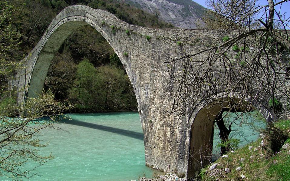 Για την άμεση αποκατάσταση του ιστορικού γεφυριού της Πλάκας, που κατέρρευσε την Κυριακή, δεσμεύτηκε το υπουργείο Πολιτισμού.