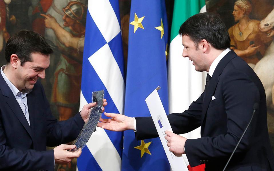 Ενα συμβολικό δώρο έδωσε ο Ιταλός πρωθυπουργός Ματέο Ρέντσι στον Ελληνα ομόλογό του Αλέξη Τσίπρα με το πέρας της συνέντευξής τους, λέγοντας ότι «όταν έρθει η στιγμή κατά την οποία η Ελλάδα θα βγει από την κρίση», ο κ. Τσίπρας να μπορεί να βάλει μια ιταλική γραβάτα.