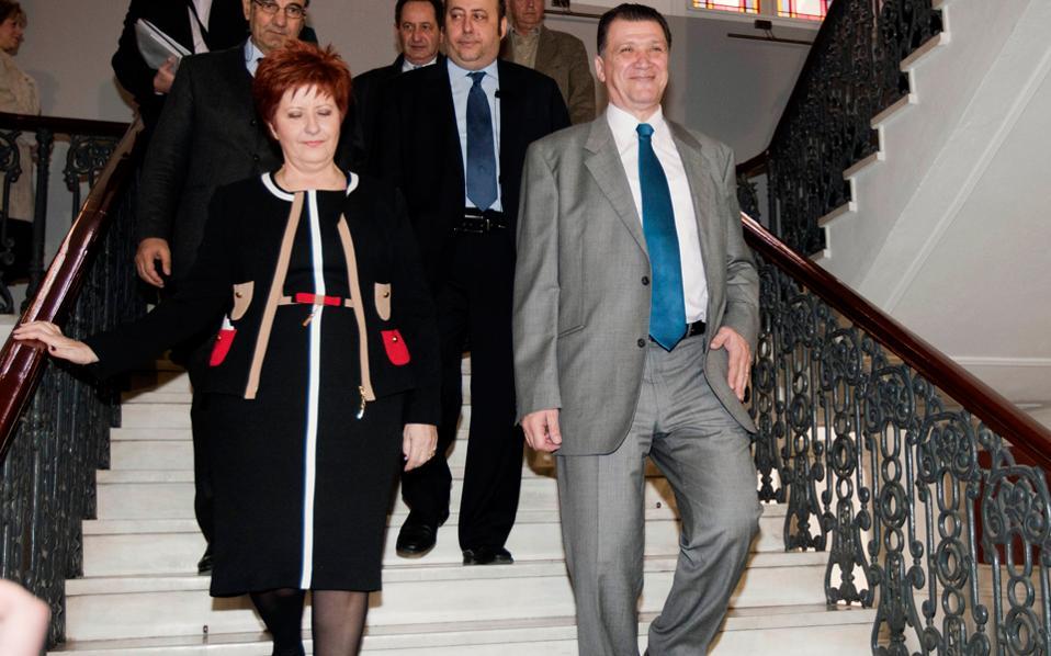 Βυζαντινή μεγαλοπρέπεια κατά την τελετή παράδοσης-παραλαβής στη συμπρωτεύουσα. Με πλήρη συναίσθηση της ιστορικότητας των στιγμών, η νέα υφυπουργός Μακεδονίας-Θράκης (για συντομία: υφυμάθ) κ. Κόλλια-Τσαρούχα, φόρεσε ό,τι θεώρησε καταλληλότερο για την περίσταση - η καημένη...