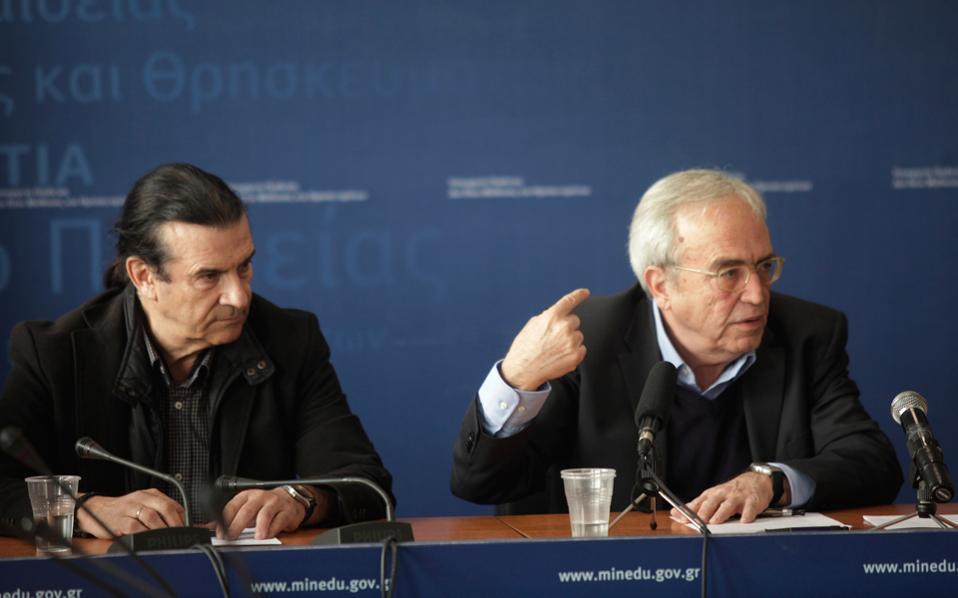 Ο υπουργός Αριστείδης Μπαλτάς (δεξιά) δείχνει το κυριότερο πρόβλημα που αντιμετωπίζει σήμερα η παιδεία...