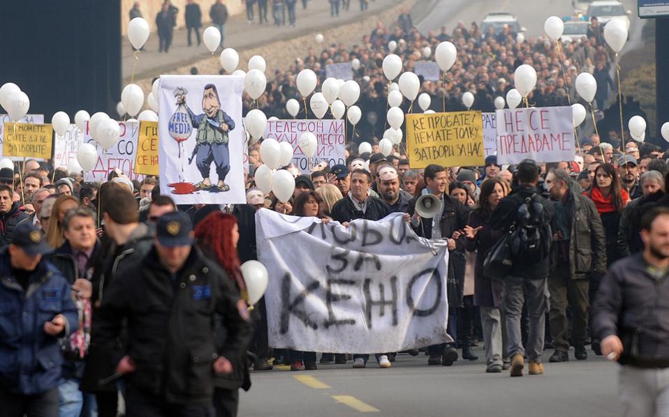 Δημοσιογράφοι διαδηλώνουν εναντίον της καταπάτησης των ελευθεριών στα ΜΜΕ και ζητούν την απελευθέρωση του δημοσιογράφου Tomislav Kezharovski που βρίσκεται στη φυλακή εξαιτίας ενός άρθρου του στην εφημερίδα Nova Makedonija.