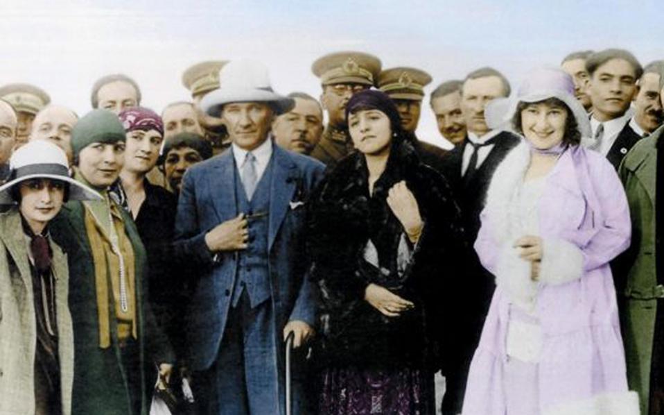 Ο Μουσταφά Κεμάλ με τη Λατιφέ Χανούμ στο πλευρό του. Η Λατιφέ είχε σπουδάσει στη Σορβόννη και ντυνόταν με ευρωπαϊκά ρούχα.