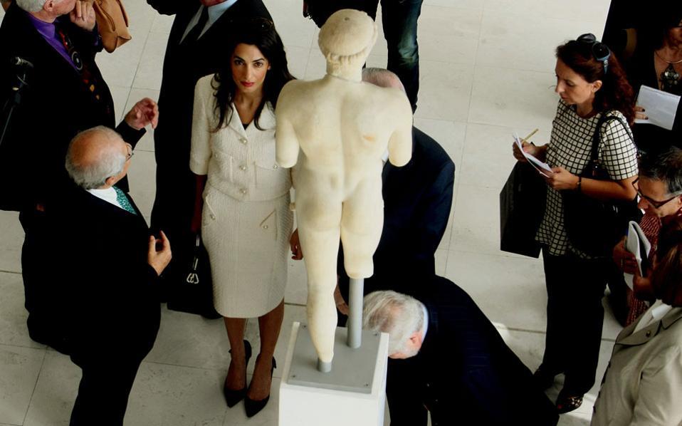 Η ξενάγηση της Αμάλ Αλαμουντίν - Κλούνεϊ στο Μουσείο Ακροπόλεως κατά την προ μηνών επίσκεψή της, με ομάδα νομικών, στην Αθήνα, έφερε παγκοσμίως στο προσκήνιο την προσπάθεια επιστροφής στην Ελλάδα των Γλυπτών του Παρθενώνα.