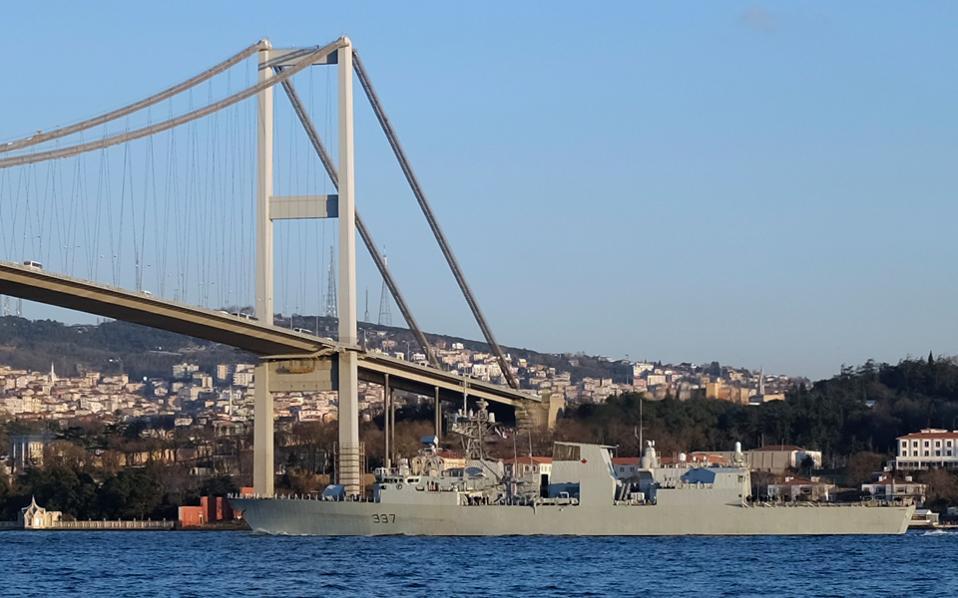 Η καναδική φρεγάτα HMCS Fredericton, συνοδευτική του USS Vicksburg, περνά κάτω από τη γέφυρα του Βοσπόρου.