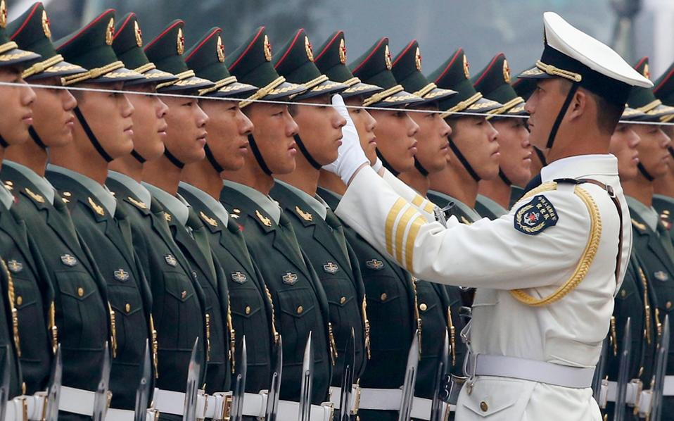 Τιμητική φρουρά επιθεωρεί αξιωματικός του Λαϊκού Απελευθερωτικού Στρατού, χρησιμοποιώντας νήμα «αλφάδι» για την ευθυγράμμισή της.