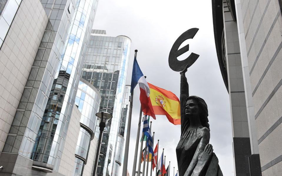 Οι ειδικοί που έχουν μελετήσει την ενδεχόμενη διαδικασία εξόδου συμφωνούν ότι είναι νομικά αδύνατη η μονομερής αποχώρηση της Ελλάδας από το κοινό νόμισμα, χωρίς ταυτόχρονη αποχώρηση από την Ευρωπαϊκή Ενωση.