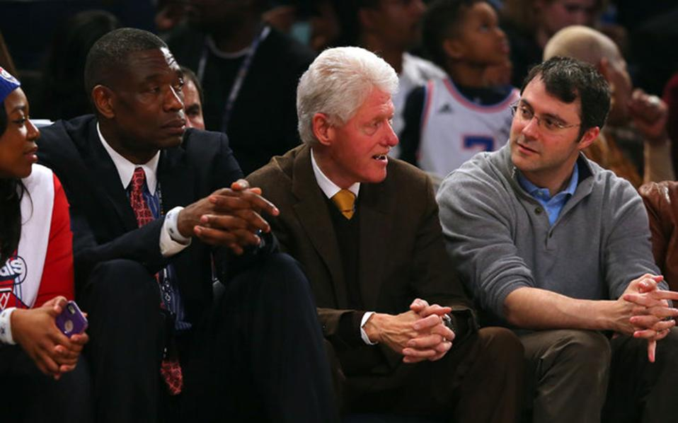 Ο Μαρκ Μεζβίνσκι μαζί με τον Μπιλ Κλίντον και τον πρώην σταρ του NBA Ντικέμπε Μουτόμπο.