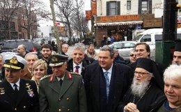 Ο υπουργός Εθνικής Άμυνας Πάνος Καμμένος, ο Αρχιεπίσκοπος Αμερικής Δημήτριος, ο Αρχηγός ΓΕΕΘΑ Στρατηγός Μιχαήλ Κωσταράκος και ο Αρχηγός ΓΕΝ Αντιναύαρχος Ευάγγελος Αποστολάκης, στην τελετή μετονομασίας της  οδού στην Αστόρια σε οδό Αρχιεπισκόπου Ιακώβου το Σάββατο 28 Μαρτίου 2015, στην Αστόρια της  Νέας Υόρκης.