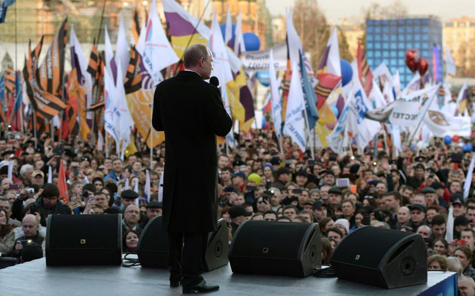 Ο Βλαντιμίρ Πούτιν μίλησε την περασμένη Τετάρτη σε τεράστια συγκέντρωση 110.000 πολιτών έξω από τα τείχη του Κρεμλίνου, στο πλαίσιο των εκδηλώσεων για τον ένα χρόνο από την επιστροφή της Κριμαίας στη Ρωσική Ομοσπονδία.