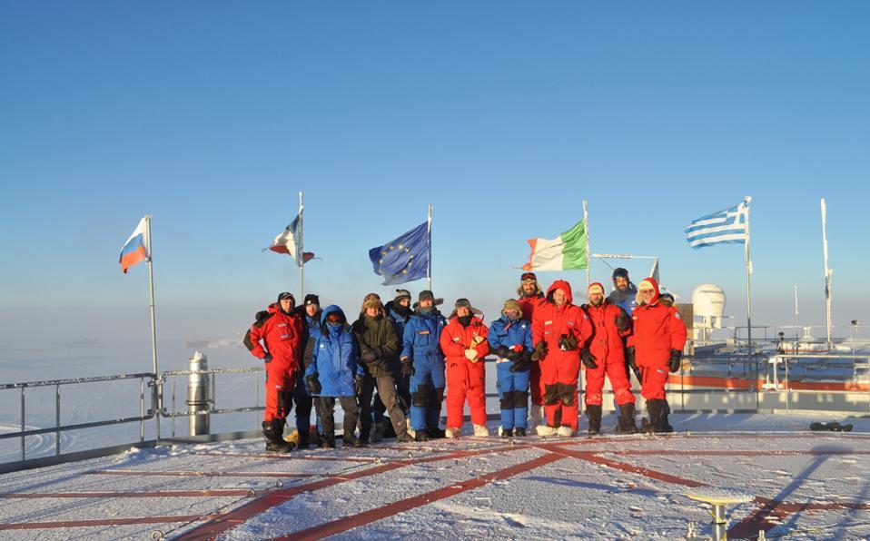 Τα μέλη της ερευνητικής ευρωπαϊκής ομάδας, μεταξύ των οποίων ο 28χρονος Ελληνας γιατρός Ανδριανός Γολέμης, στη βάση Concordia, μία από τις πιο απομακρυσμένες της Ευρωπαϊκής Υπηρεσίας Διαστήματος στην παγωμένη Ανταρκτική, σε υψόμετρο 3.200 μέτρων.