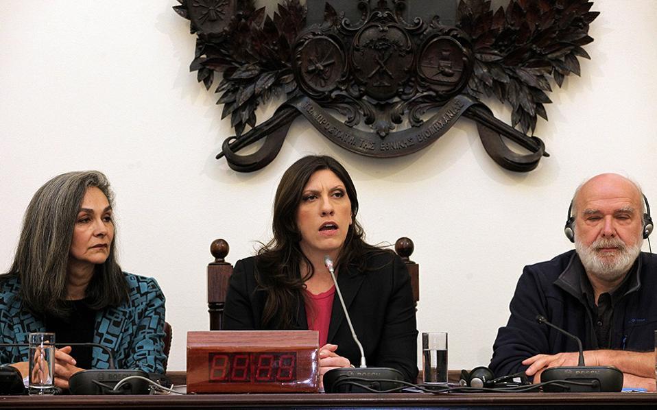 H Πρόεδρος της Βουλής Ζωή Κωνσταντοπούλου με την ευρωβουλευτή Σοφία Σακοράφα και τον ειδικό επιστήμονα για θέματα παράνομου χρέους Eric Toussaint.