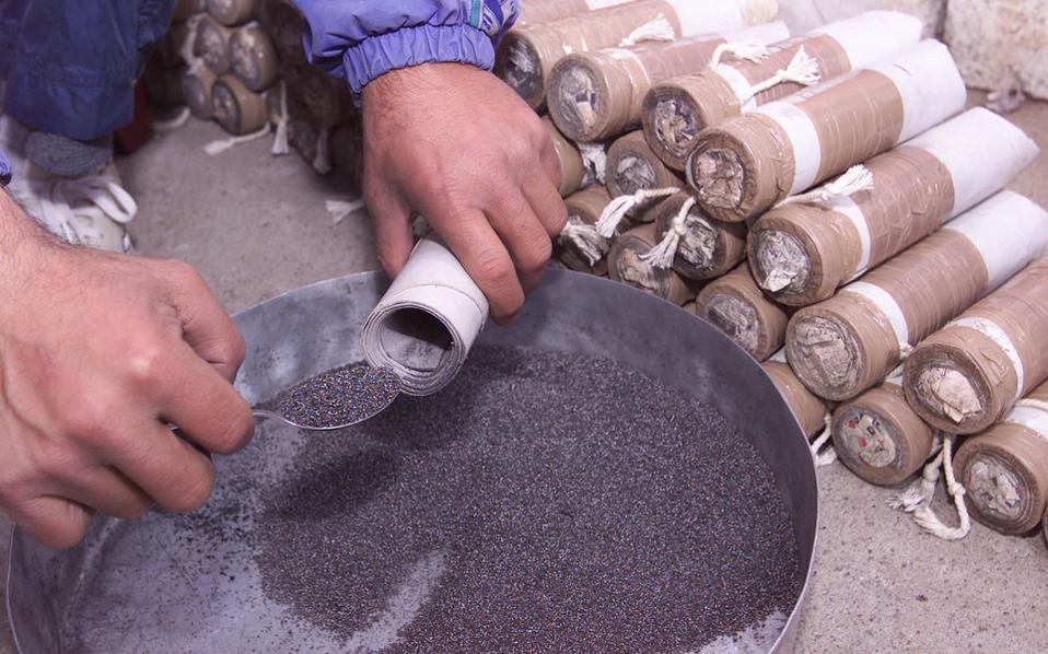 Κατά την προετοιμασία των Χαλκουνιών στο Αγρίνιο. Οι «χαλκουνάδες» αναζητούν πάντα τον καλό «χαρτό» δηλαδή το κατάλληλο μείγμα μπαρουτιού, ώστε να ξεκινήσει ο χαλκουνοπόλεμος την Μεγαλή Παρασκευή.