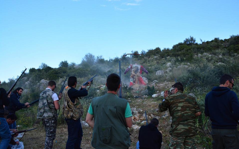 Κάτοικοι από το χωριό Ασίνη Ναυπλίας πυροβολούν με καραμπίνες και δίκαννα το ομοίωμα του Ιούδα.  Πρόκειται για ένα έθιμο που κρατά από πάρα πολύ παλιά και οι νέοι το αναβιώνουν κάθε  χρόνο. Από νωρίς το απόγευμα της Κυριακής του Πάσχα περιφέρουν στο χωριό αλλά και στα γειτονικά χωριά το ομοίωμα του Ιούδα και κατόπιν τον κρεμάνε σε ένα ικρίωμα και τον πυροβολούν μέχρι να διαλυθεί.