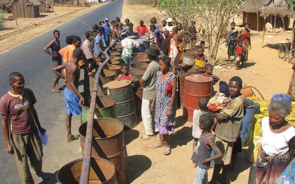 Αποθήκευση νερού σε βαρέλια από το βυτιοφόρο της ορθόδοξης ιεραποστολής στη Μαδαγασκάρη.