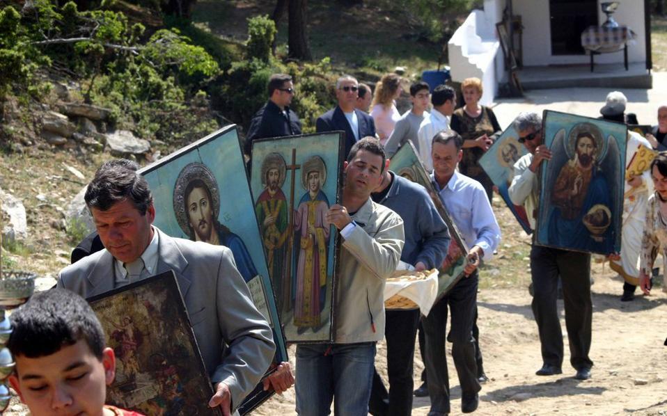 Οι πιστοί μεταφέρουν εν πομπή τα εικονίσματα από τη βυζαντινή εκκλησία του Αγίου Ταξιάρχη στην Καβάλα αναβιώνοντας τα παραδοσιακά «Μαζίδια».