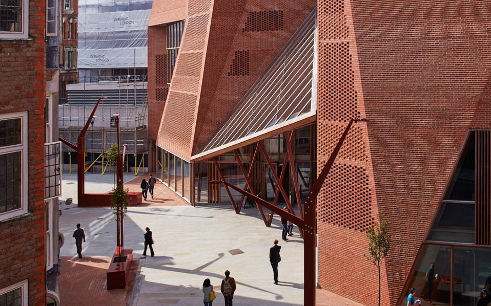 Η τούβλινη Φοιτητική Λέσχη Saw Swee Hock του London School of Economics των Ιρλανδών O'Donnell + Tuomey. (Φωτ.: Dennis Gilbert)
