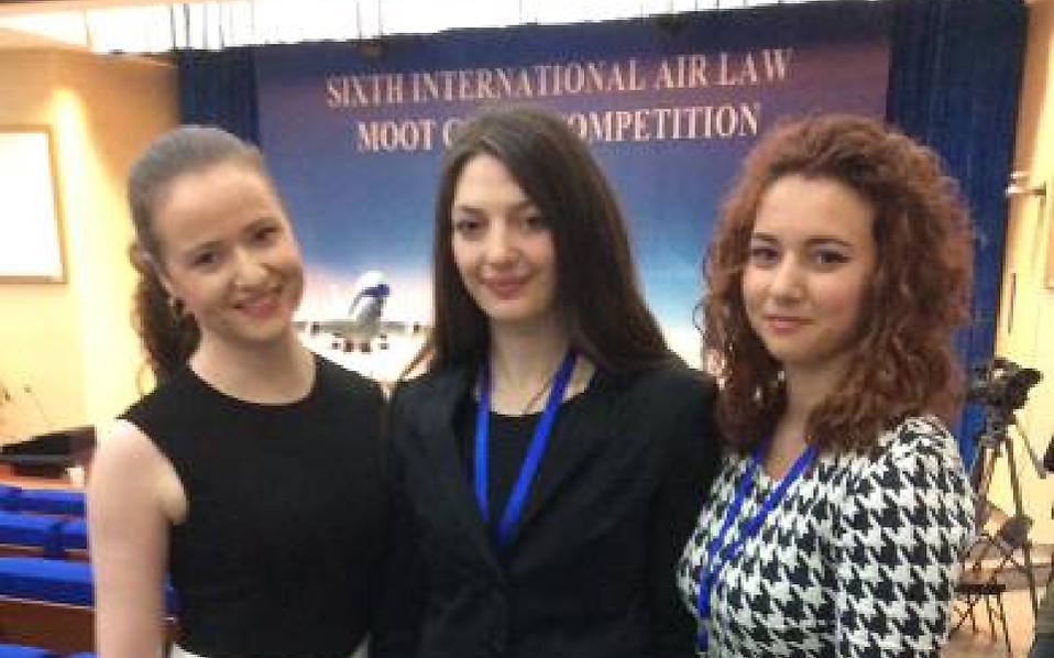 Η ομάδα της Νομικής Σχολής Αθηνών που συμμετείχε στον παγκόσμιο τελικό γύρο του διαγωνισμού εικονικής δίκης στο αεροπορικό δίκαιο (Leiden Sarin International Air Law Moot Court Competition) στο Πεκίνο και κατέκτησε το βραβείο του καλύτερου γραπτού υπομνήματος εναγομένου παγκοσμίως και την τρίτη θέση παγκοσμίως ως προς τη συνηγορία εναγομένου.