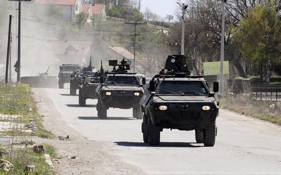 Αρματα μεταφοράς προσωπικού με ένοπλους αστυνομικούς σπεύδουν στο μεθοριακό φυλάκιο του Γκοσίντσε, στα βόρεια σύνορα της ΠΓΔΜ, όπου τα χαράματα Τετάρτης, σαράντα οπλισμένοι, φορώντας στολές παραλλαγής με τα διακριτικά του UCK, ξυλοφόρτωσαν τους αστυνομικούς και τους πέρασαν χειροπέδες.
