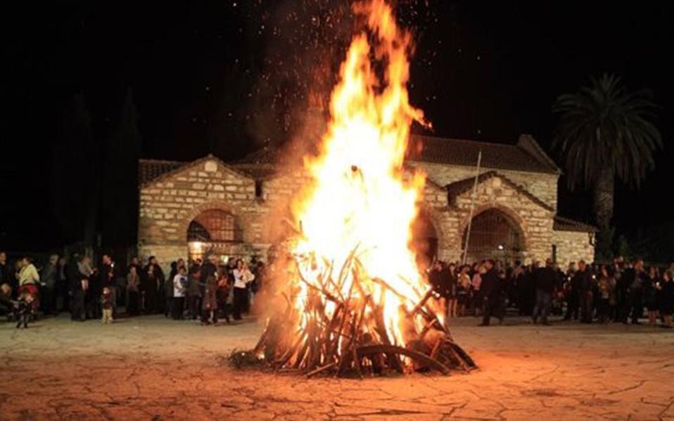 Στην Αρτα αναβιώνει την Μεγάλη Πέμπτη στο προαύλιο του Ιερού Ναού, το έθιμο της «φωτιάς»,το οποίο χάνεται στα βάθη των αιώνων, σε ανάμνηση της πυράς που άναψε έξω από το κυβερνείο του πόντιου Πιλάτου, όταν συνέλαβαν τον Ιησού, περιμένοντας την απόφαση για την τύχη του το μεσημέρι της Μ. Πέμπτης.