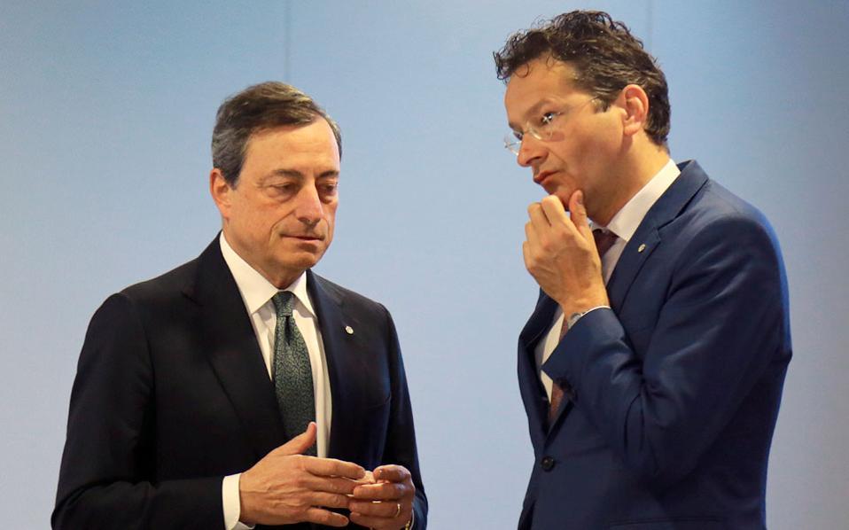 Ο πρόεδρος της ΕΚΤ Μάριο Ντράγκι συνομιλεί με τον επικεφαλής του Eurogroup Γερούν Ντάισελμπλουμ, στο περιθώριο της χθεσινής συνεδρίασης, στη Ρίγα της Λεττονίας.