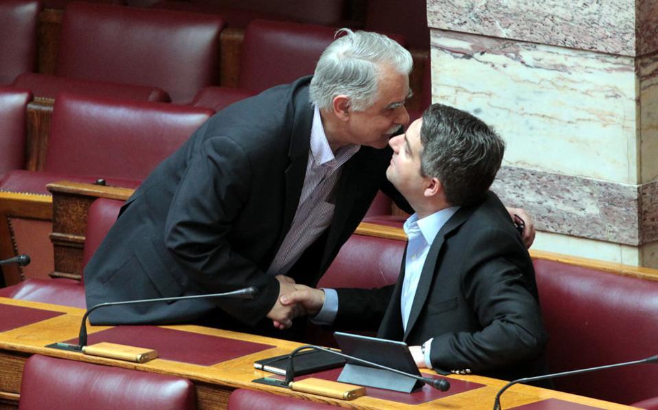 Πεθαίνω για ιστορίες με happy ending! Ο Γιάννης Μπαλάφας ασπάζεται τον Οδυσσέα Κωνσταντινόπουλο...