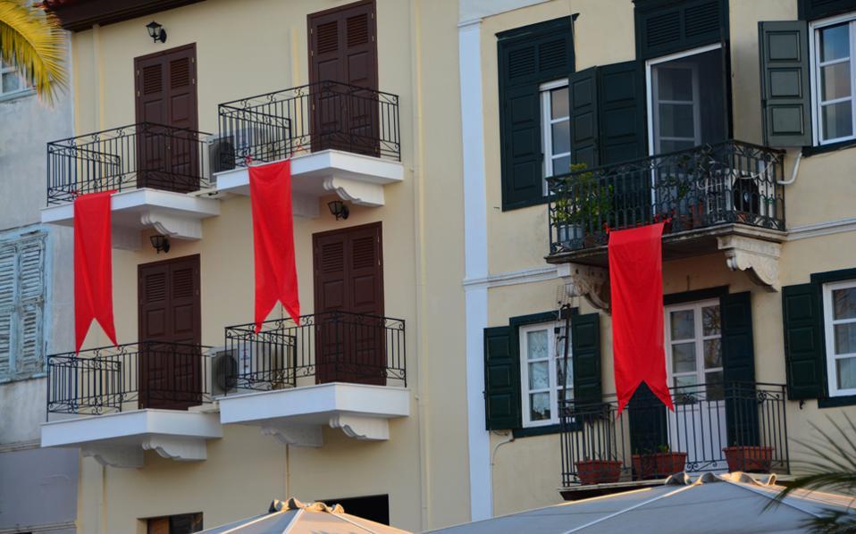 Κόκκινα λάβαρα στα μπαλκόνια της παλιάς πόλης του Ναυπλίου, τοποθέτησε ο Δήμος ενόψει των εορτασμών του Πάσχα. (ΑΠΕ-ΜΠΕ/ΜΠΟΥΓΙΩΤΗΣ ΕΥΑΓΓΕΛΟΣ)