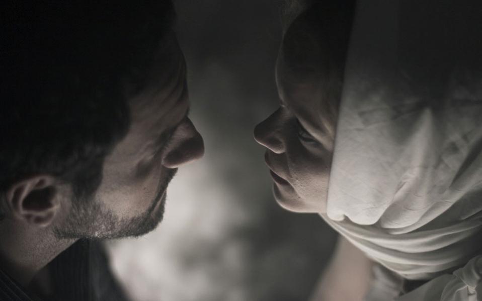 Η Λένα Παπαληγούρα, το κορίτσι που μαθαίνει ν' αγαπά, και ο Αλιόσα (Μελέτης Ηλίας) που τη μαθαίνει.