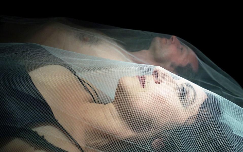 Η Δέσποινα Σαραφείδου και ο Νίκος Παντελίδης στην παράσταση «Μάκμπεθ. Η Βίβλος του Σκότους», που ανεβαίνει σε σκηνοθεσία του Θ. Εσπίριτου.