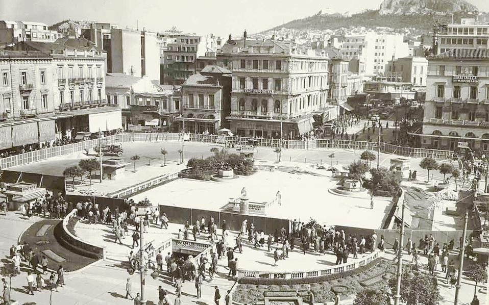 Τα έργα αναμόρφωσης της πλατείας Ομονοίας το 1957. Καταργείται η παλαιά μορφή και ετοιμάζεται ο σχεδιασμός με το σιντριβάνι.