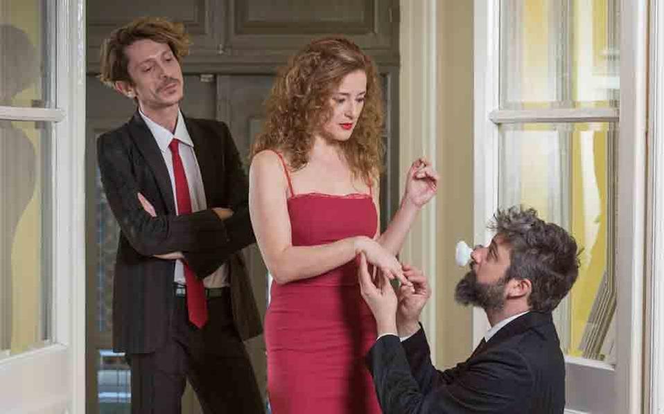 Η Ευγενία Αποστόλου, ο Σπύρος Βάρελης και ο Αυγουστίνος Ρεμούνδος σε σκηνή από την παράσταση του έργου «Πόρτες».