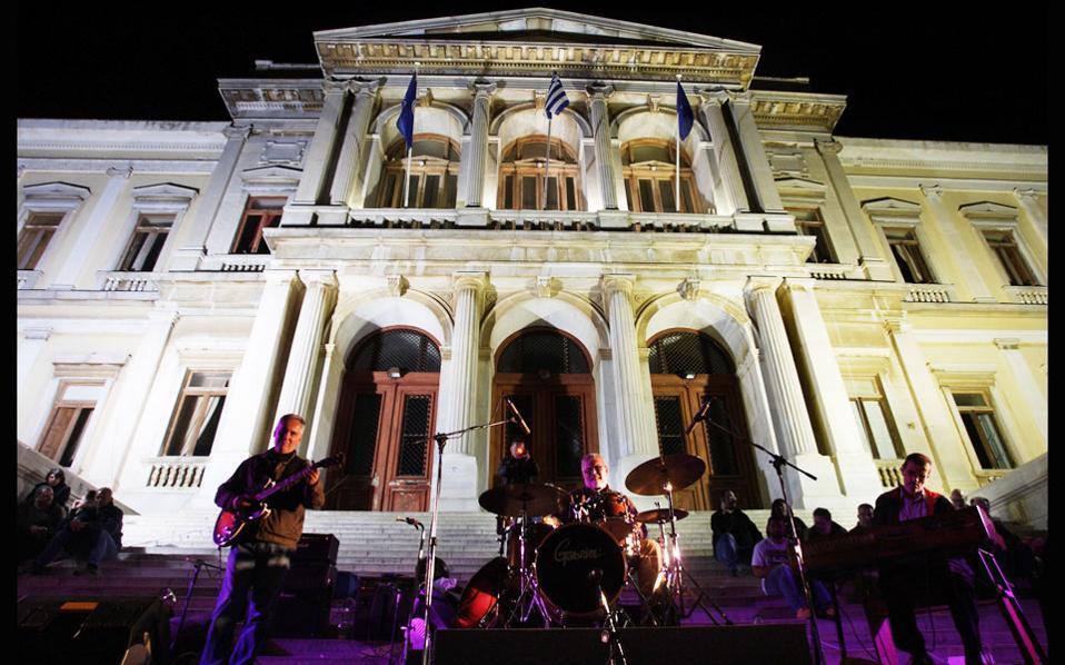 Οι Trilogia (Γιώργος Κοντραφούρης, Γιώτης Σαμαράς, Γιώργος Τρανταλίδης) μπροστά από το δημαρχείο της Ερμούπολης.