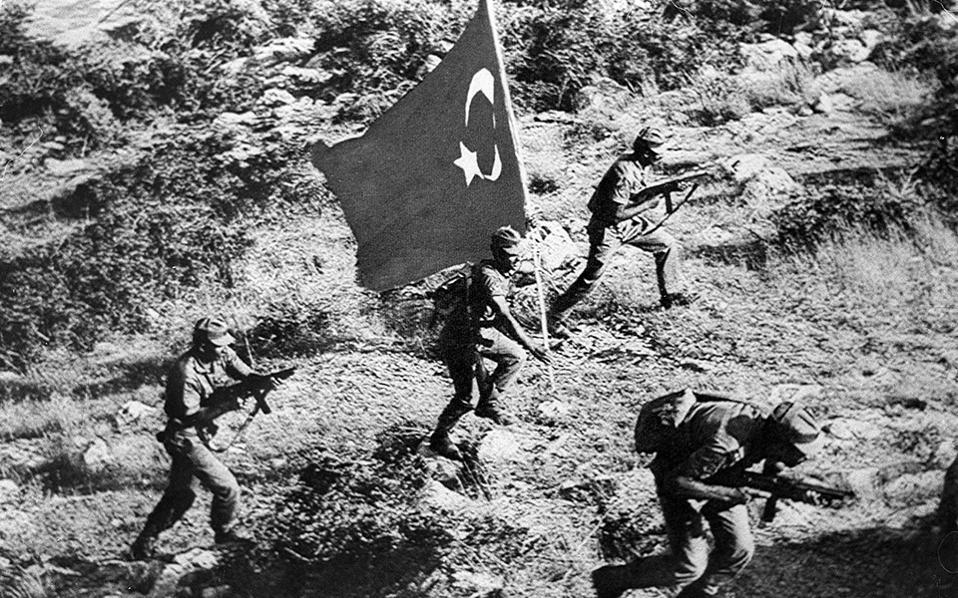 Θριαμβευτικές απεικονίσεις  της εισβολής στην Κύπρο από την τουρκική προπαγάνδα. Ποτέ άλλοτε δεν έφτασε  η Ελλάδα σε μια σύγκρουση τόσο απομονωμένη όσο το 1974.