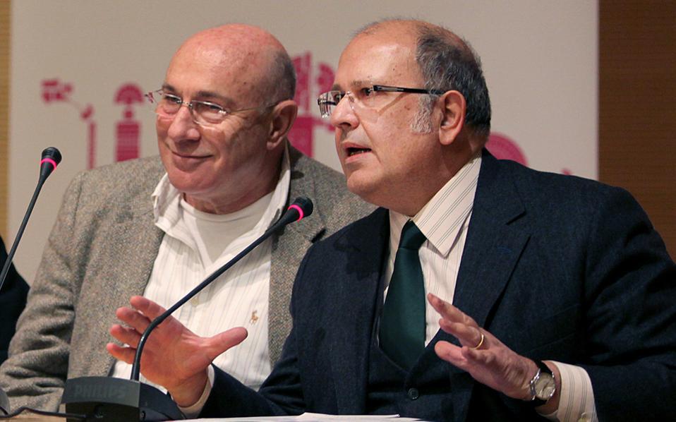 Ο πρόεδρος του διοικητικού συμβουλίου του Φεστιβάλ Αθηνών, Γιώργος Λούκος, μαζί με τον αναπληρωτή υπουργό Πολιτισμού, Νίκο Ξυδάκη, κατά τη διάρκεια της παρουσίασης του προγράμματος του 2015.