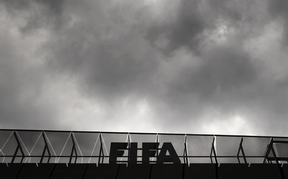 Τα μαύρα σύννεφα πάνω από τη FIFA θα κάνουν πολύ καιρό να φύγουν. Η Παγκόσμια Ποδοσφαιρική Ομοσπονδία αντιμετωπίζει βαρύτατες κατηγορίες, ενώ όλο και πληθαίνουν αυτοί που υποστηρίζουν ότι σύντομα θα ανοίξουν οι φάκελοι της διπλής ανάθεσης των Παγκοσμίων Κυπέλλων 2018 και 2022 σε Ρωσία και Κατάρ.