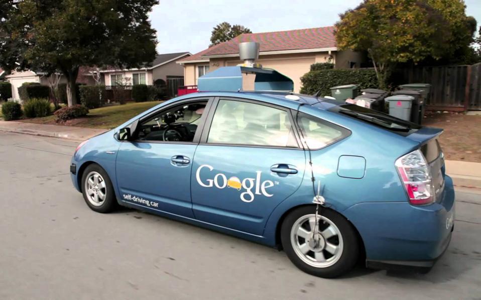 To αυτοκίνητο θα είναι το επόμενο πεδίο μάχης στην ανάπτυξη λογισμικού και εφαρμογών και σε πολύ λίγα χρόνια θα θεωρούμε παράξενο να βλέπουμε οδηγό σε αυτό. Ηδη εδώ και μερικούς μήνες, η Google διαθέτει οχήματα που κινούνται στην περιοχή του Los Angeles χωρίς οδηγούς.