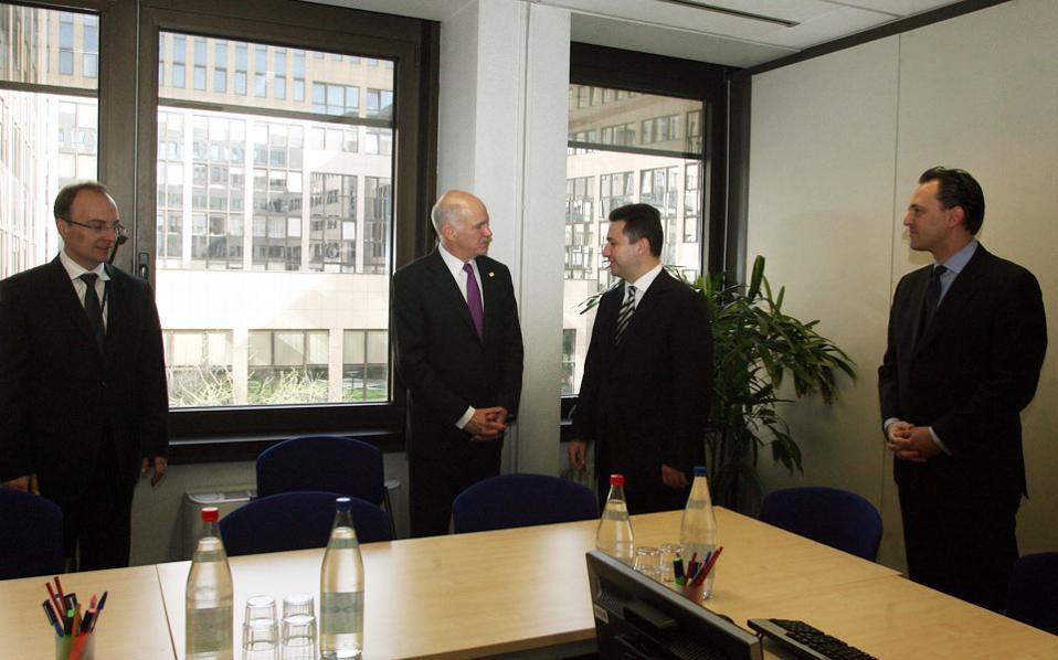 Σε τηλεφωνική συζήτηση που δημοσιοποιήθηκε το περασμένο Σαββατοκύριακο, εμφανίζεται ο πρώην υπουργός Εξωτερικών της ΠΓΔΜ Αντόνιο Μιλοσόσκι, να ενημερώνει τον πρωθυπουργό Νίκολα Γκρούεφσκι για την πορεία των διαπραγματεύσεων, επί πρωθυπουργίας Γιώργου Παπανδρέου.