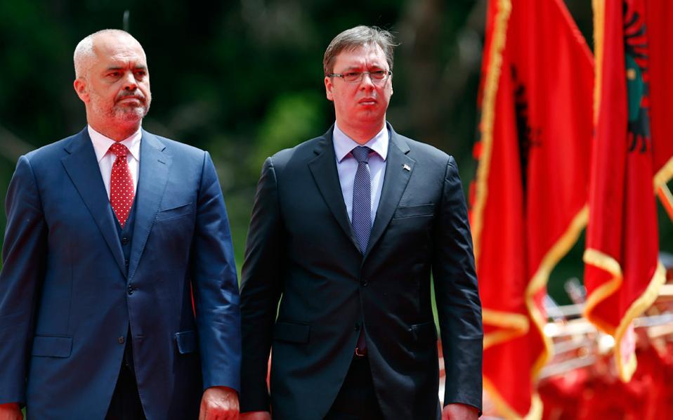 Συνοδευόμενος από τον Αλβανό ομόλογό του, Εντι Ράμα (αριστερά), ο πρωθυπουργός της Σερβίας, Αλεξάνταρ Βούτσιτς (δεξιά) επιθεωρεί τιμητικό άγημα κατά την άφιξή του στην πόλη των Τιράνων.