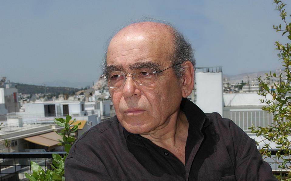 Ο συγγραφέας Θανάσης Βαλτινός μάς ξεναγεί στην Αθήνα του.