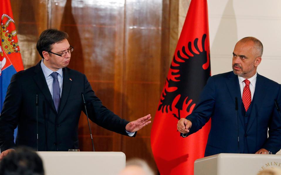 Στη φωτογραφία, ο κ. Ράμα (δεξιά) με τον Σέρβο ομόλογό του, Αλεξάνταρ Βούσιτς, ο οποίος βρέθηκε χθες στα Τίρανα, στο πλαίσιο επίσημης επίσκεψης.
