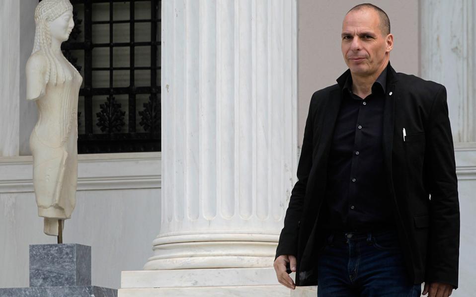 Ο υπουργός Οικονομικών Γιάνης Βαρουφάκης έγινε χθες, για άλλη μια φορά, πηγή σύγχυσης, με την απάντησή του σε ερώτηση για την επιβολή τέλους στις τραπεζικές συναλλαγές.