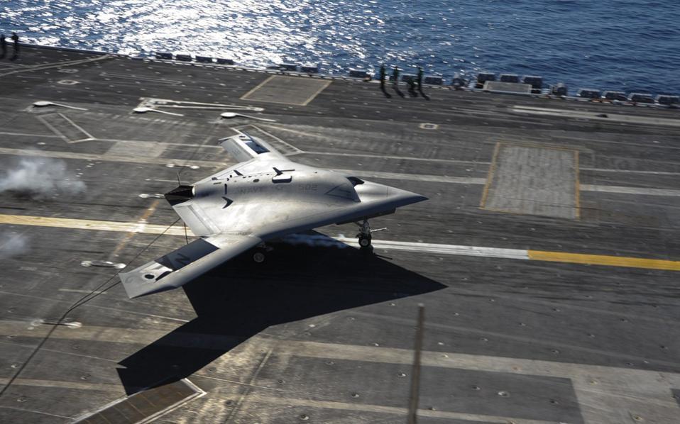 Μη επανδρωμένο αεροσκάφος απονηώνεται από αμερικανικό αεροπλανοφόρο. Οι ΗΠΑ έχουν ζητήσει από την ελληνική κυβέρνηση να διευκολύνει τη δημιουργία μιας βάσης για τα μη επανδρωμένα αεροσκάφη στην Κρήτη.