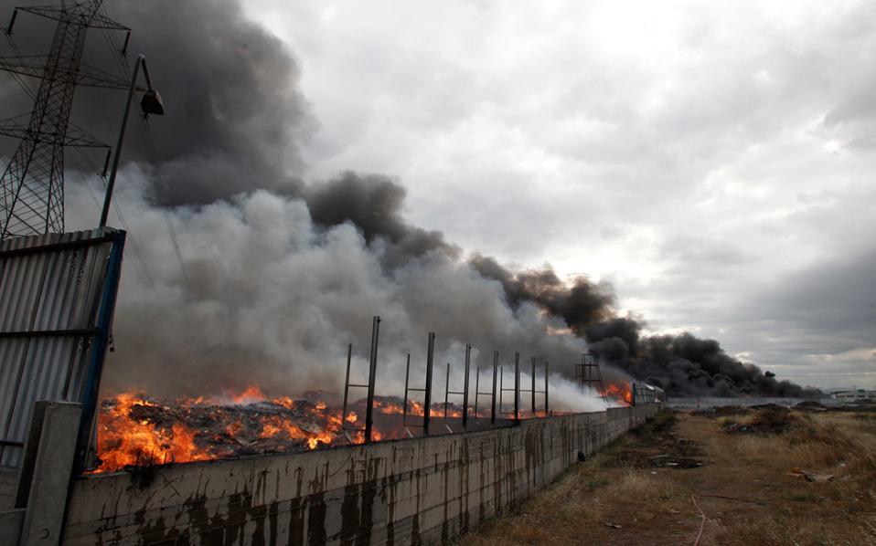 Επικίνδυνο για την υγεία το τοξικό νέφος  από πυρκαγιά σε εργοστάσιο ανακύκλωσης στον Ασπρόπυργο