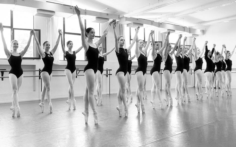 8b8a01e2c6d Στιγμιότυπο από το μάθημα κλασσικού μπαλέτου στη Σχολή Χορού της Εθνικής  Λυρικής Σκηνής.