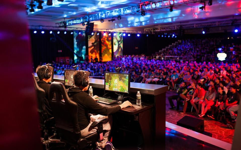 Χιλιάδες παίκτες παίρνουν μέρος στα επίσημα πρωταθλήματα των esports. Την ίδια στιγμή, πολλοί άλλοι μεταφέρουν το παιχνίδι στον κόσμο της φαντασίας.