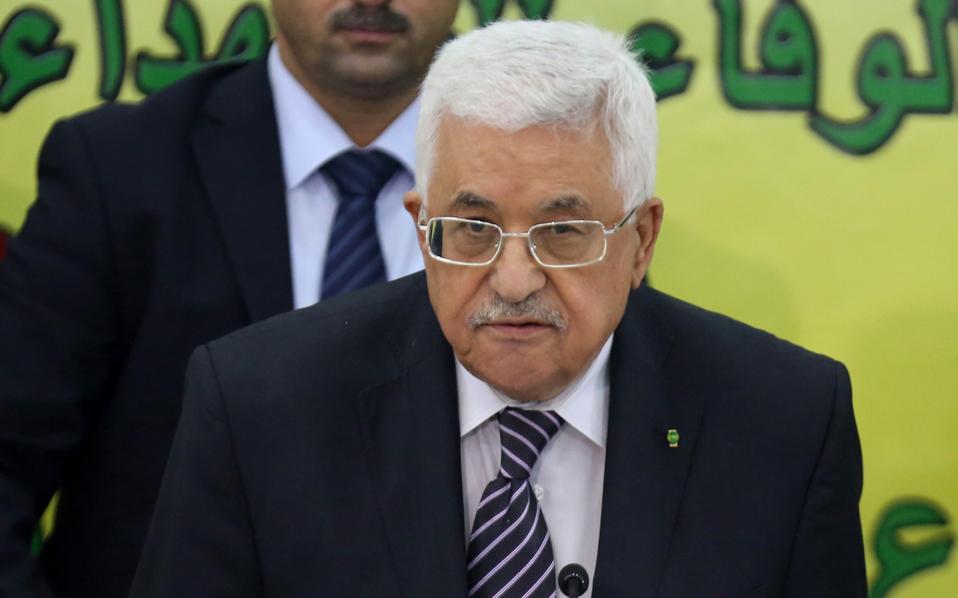 Ο Αμπάς προσέρχεται σε σύσκεψη στελεχών της οργάνωσής του, Φατάχ, στη Ραμάλα της Δυτικής Οχθης.