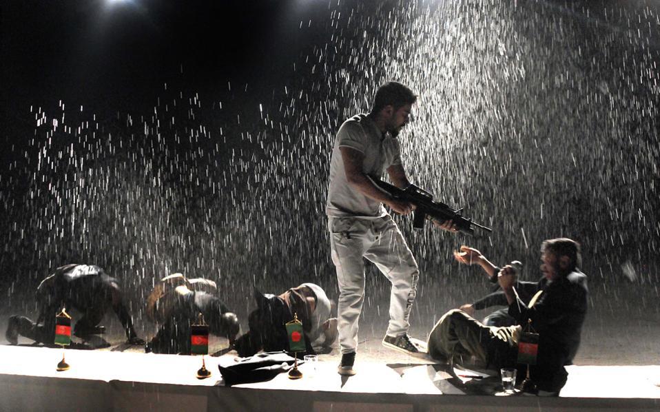 Στιγμιότυπο από την παράσταση της Γιολάντας Μαρκοπούλου «Είμαστε οι Πέρσες».