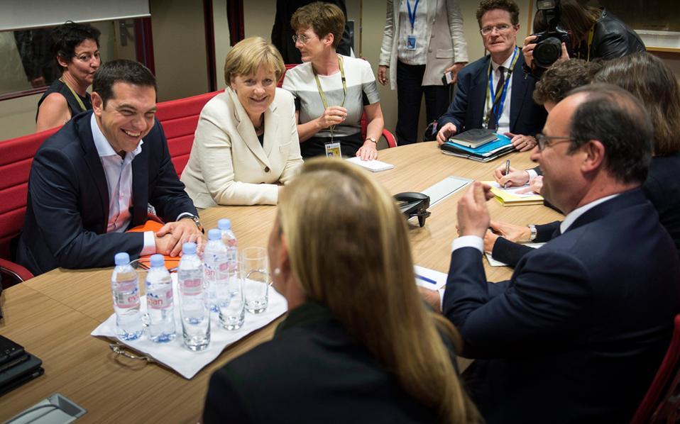 Ο πρωθυπουργός Αλέξης Τσίπρας, η καγκελάριος της Γερμανίας Αγκελα Μέρκελ και ο Γάλλος πρόεδρος Φρανσουά Ολάντ, την περασμένη Τετάρτη, στις Βρυξέλλες. Στη συνάντηση, ο κ. Τσίπρας δέχθηκε να συζητήσει αύξηση του πρωτογενούς πλεονάσματος.