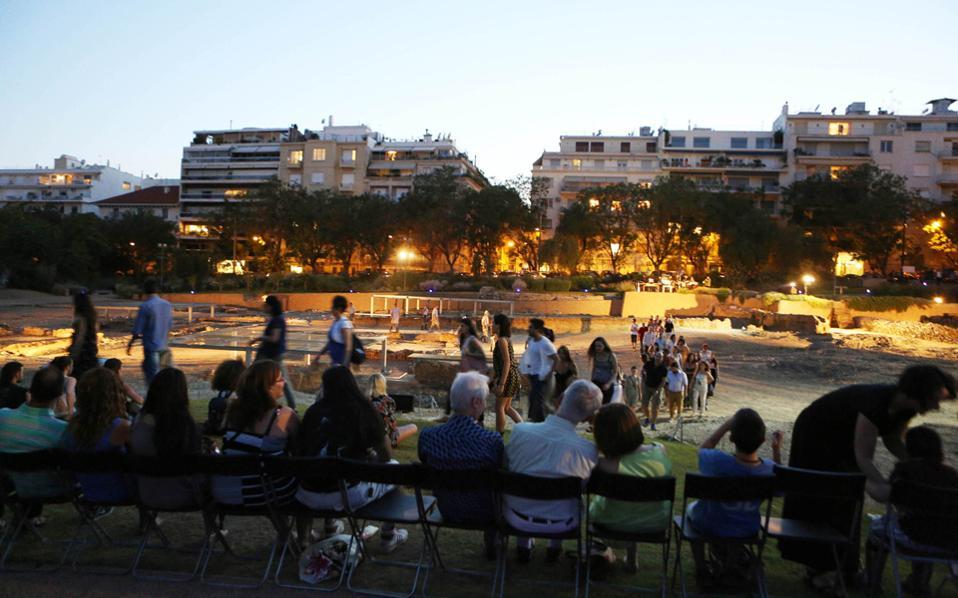 Αυτήν την εικόνα είχαν οι θεατές από τη μια σειρά των καθισμάτων προς την παράσταση του «Ρήσου».