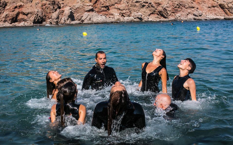 Xορευτές της ομάδας σε παιχνίδια με το νερό μετά την κουραστική υποθαλάσσια πρόβα. Η παράσταση «Drops of Breath» απαιτεί μεγάλη προετοιμασία και ενέργεια. (Φωτ.: Ελισάβετ Μωράκη)
